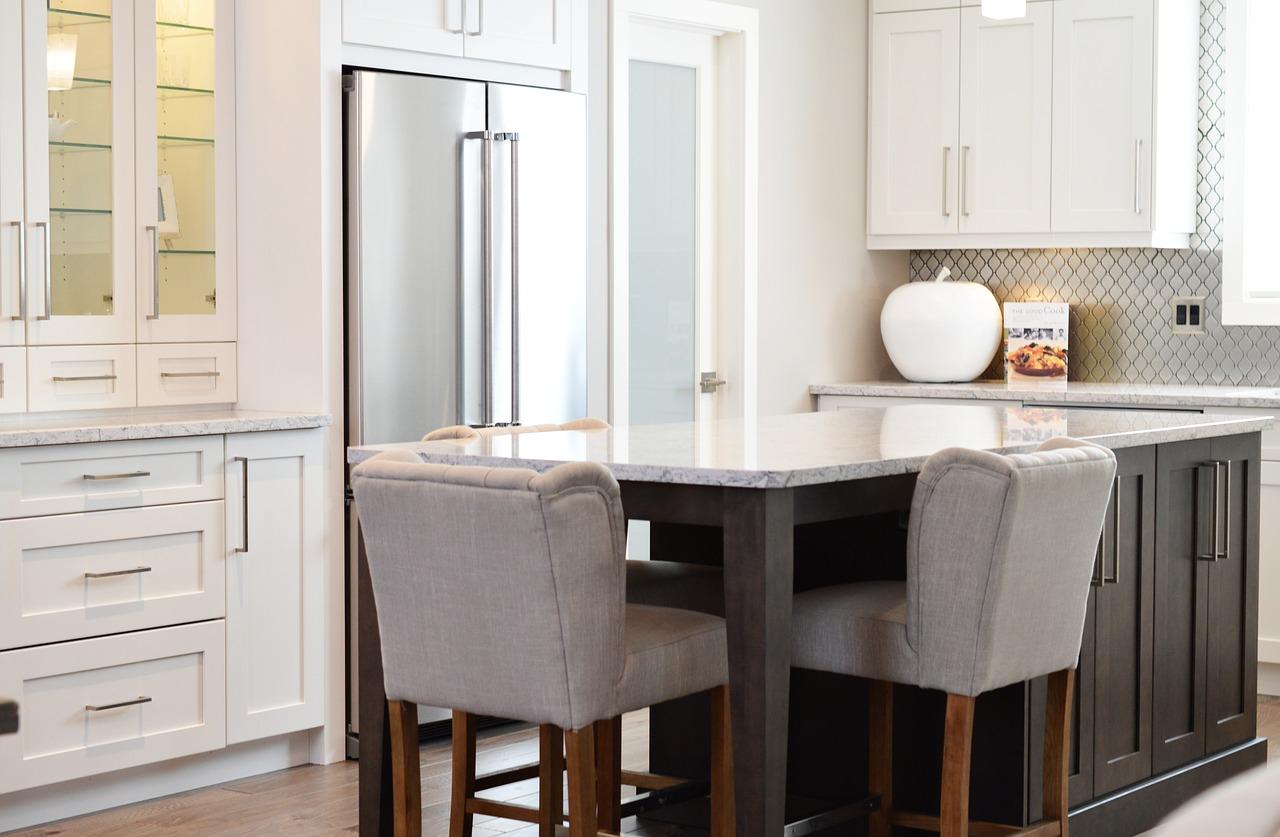 Krzesła do salonu i jadalni: gdzie warto kupić?